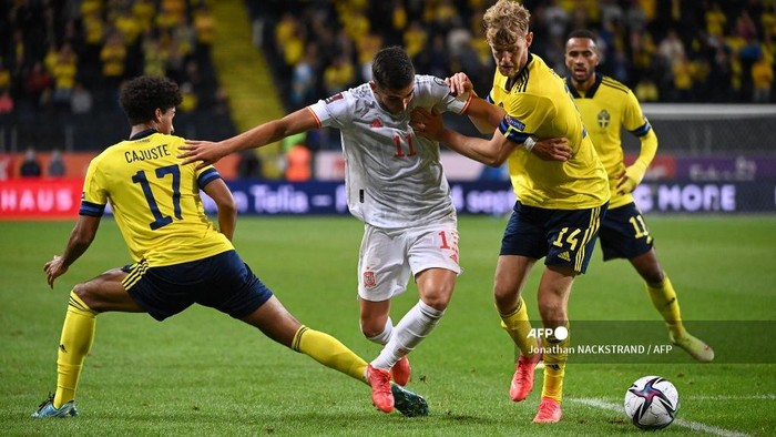Spains forward Ferran Torres (C) , Swedens midfielder Jens Cajuste (L) and Swedens defender Filip Helander (2nd,R) vie for the ball during the FIFA World Cup Qatar 2022 qualification Group B football match between Sweden and Spain, at the Friends Arena in Solna, Sweden on September 2, 2021. (Photo by Jonathan NACKSTRAND / AFP)