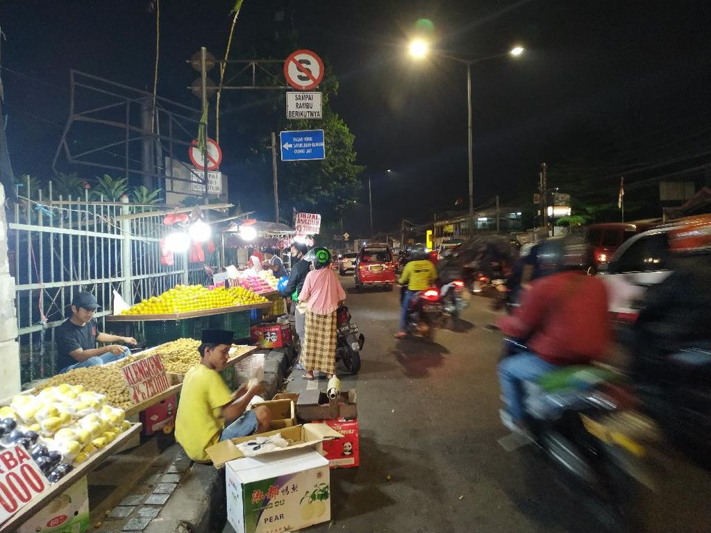 Diizinkan Dagang, PKL Penuhi Trotoar di Pasar Induk Kramat Jati Saat Malam