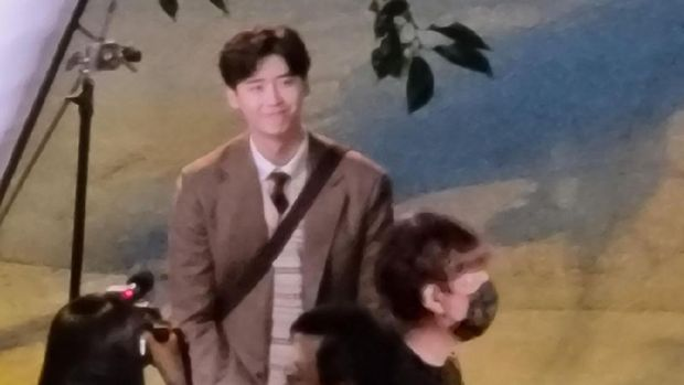 Lee Jong Suk syuting drama Korea Big Mouth