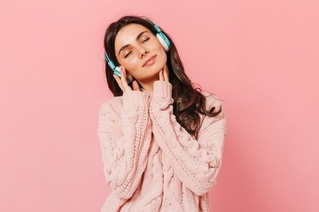 Mendengarkan musik klasik di pagi hari agar otak fokus seharian/Foto: freepik/lookstudio
