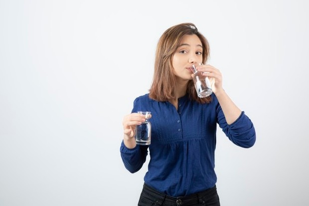 Minum segelas air putih di pagi hari agar otak fokus seharian/Foto: freepik/azerbaijan_stockers