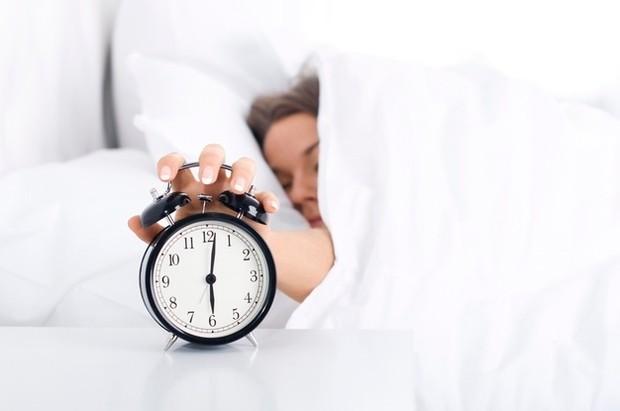 Pasang alarm tenang di pagi hari agar otak fokus seharian/Foto: freepik/gpointstudio