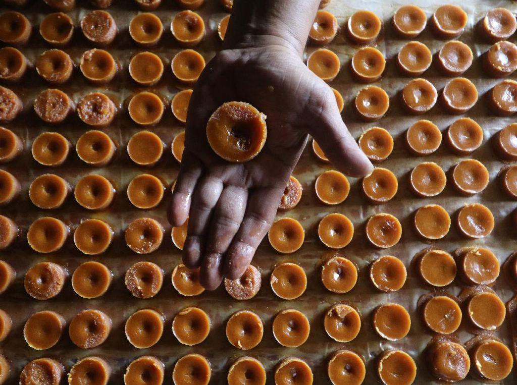 Permintaan Turun, Pedagang Gula Merah Perkecil Ukuran