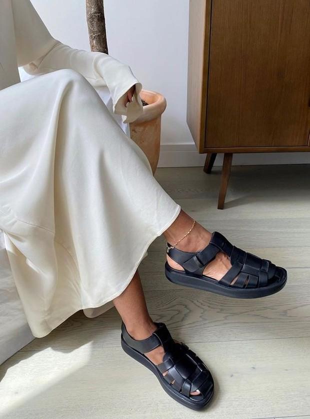 Trend outfit ala genderless ada fisherman sandals