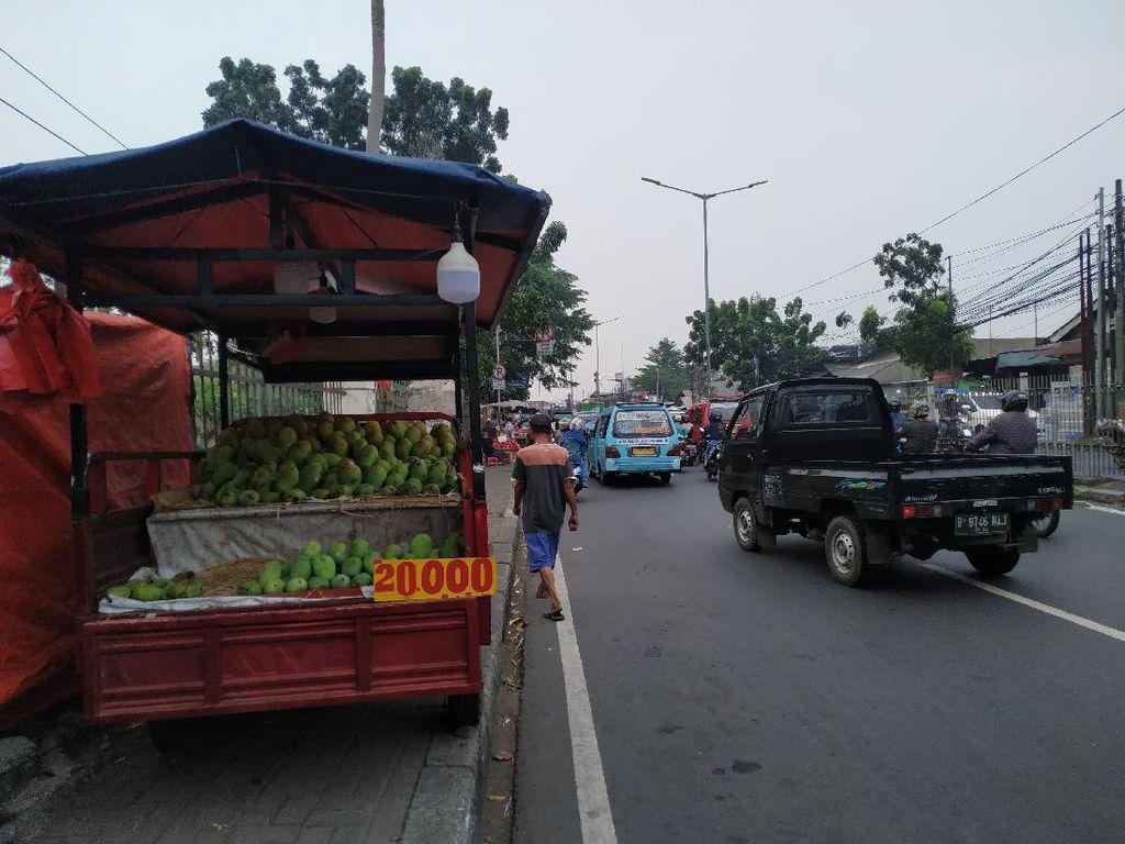 Sore Hari, PKL Mulai Padati Trotoar Depan Pasar Induk Kramat Jati