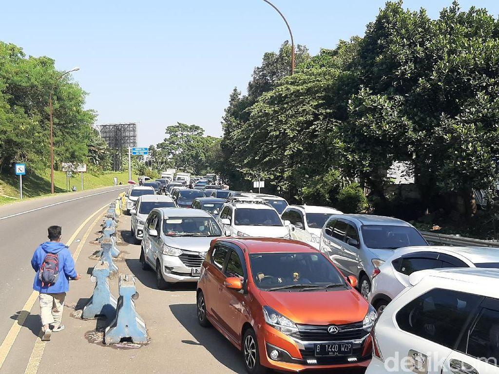 Kendaraan Arah Puncak Macet Mengular Imbas Pemeriksaan Ganjil Genap