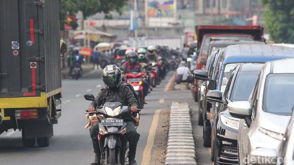 Aksi Pengendara Sepeda Motor Lawan Arah di Cinangka Depok