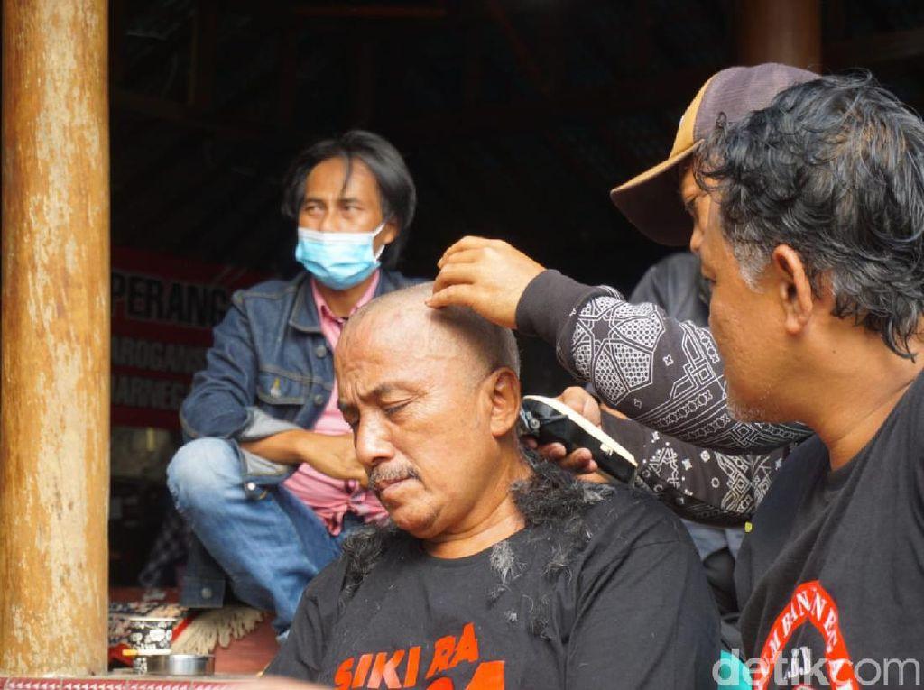 Bupati Jadi Tersangka KPK, Warga Banjarnegara Cukur Gundul
