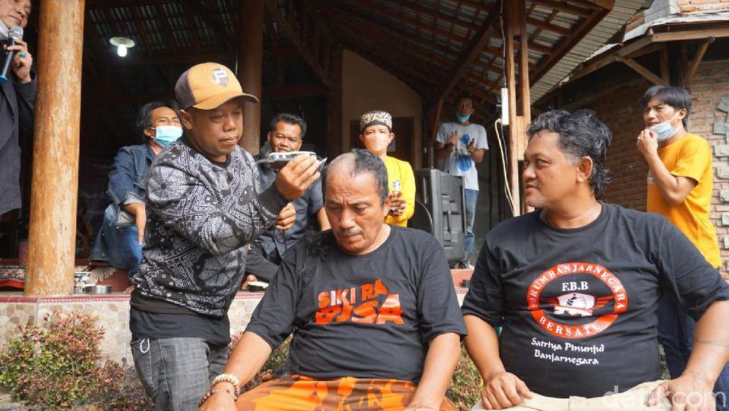 Aksi Cukur Gundul Pasca Bupati Banjarnegara Jadi Tersangka