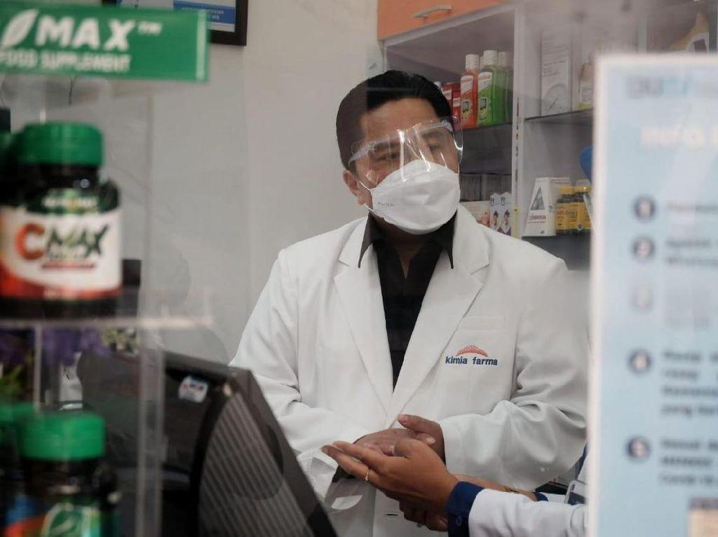 Sambil Jongkok, Erick Thohir Cek Stok Obat di Kimia Farma