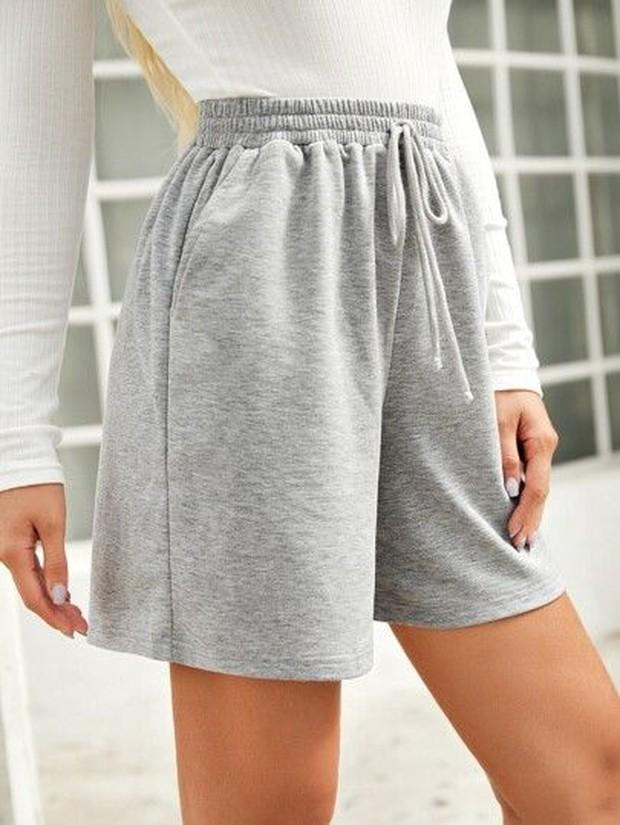 Pakaian olahraga yang bisa dipilih adalah bermuda short.