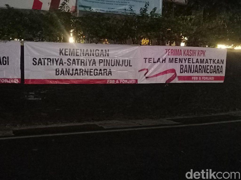 Spanduk Terima Kasih KPK Terpasang di Alun-Alun Banjarnegara