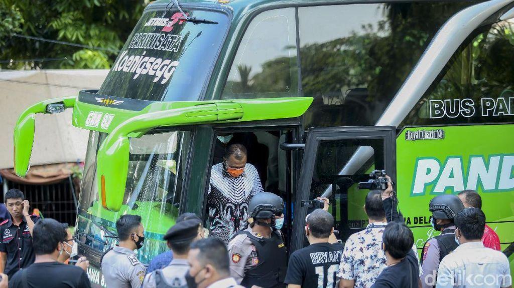 Gunakan Bus, 17 Tersangka Kasus Suap Bupati Probolinggo Tiba di KPK
