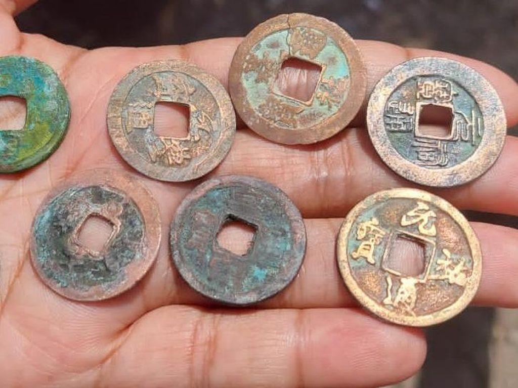 Saking Banyaknya, Uang Kuno Ditemukan di Sawah Lamongan Jadi Rebutan Warga
