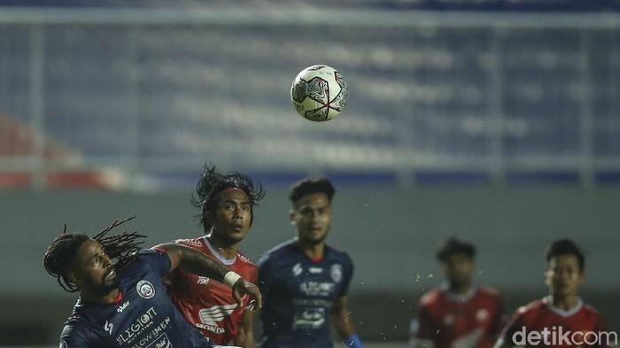 PSM Makassar gagal mengalahkan Arema FC di pekan pertama BRI Liga 1 2021. Juku Eja ditahan imbang 1-1 oleh 10 pemain Singo Edan.