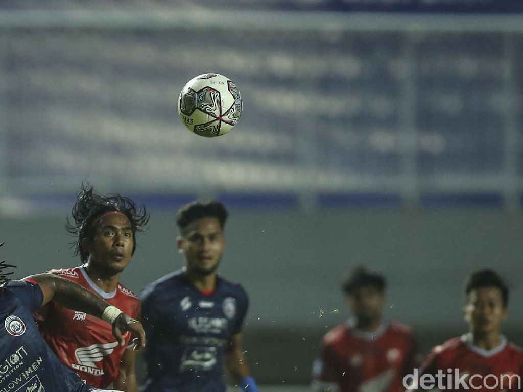 10 Pemain Arema FC Tahan Imbang PSM Makassar