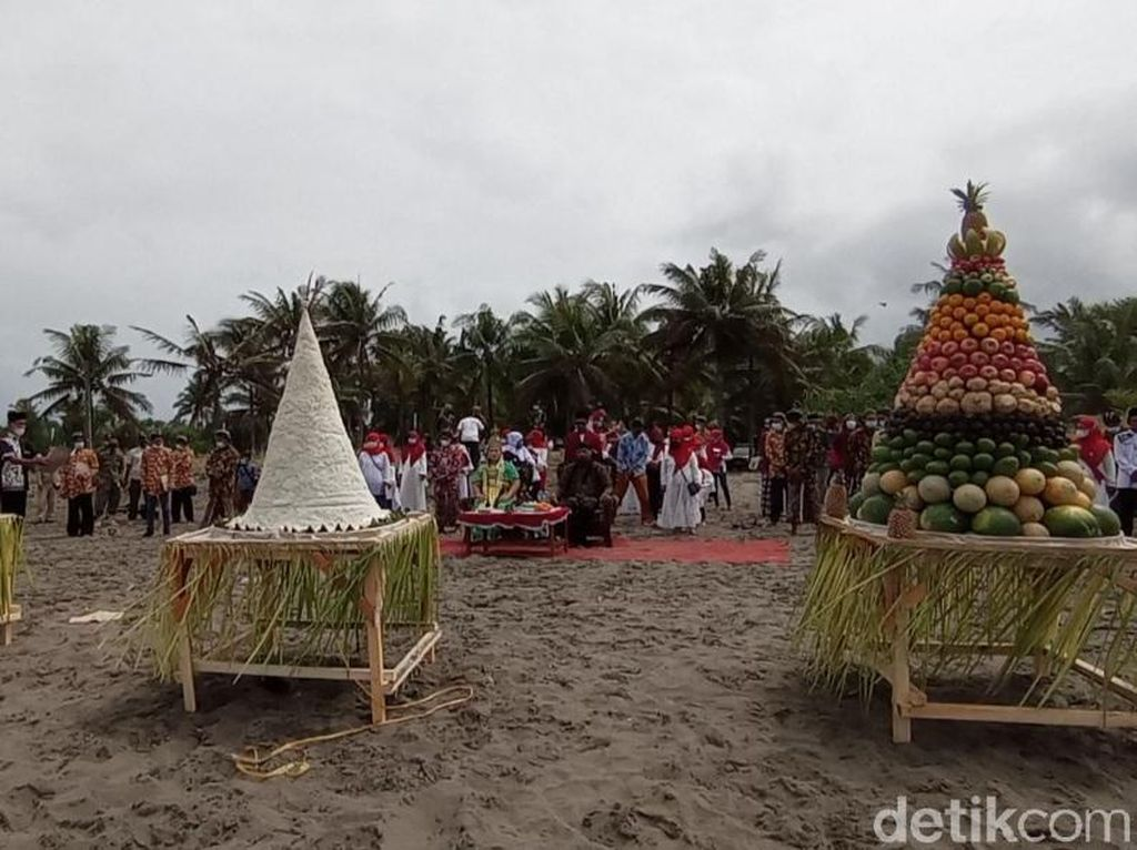 Ritual Larungan di Pantai Pangandaran Dibubarkan