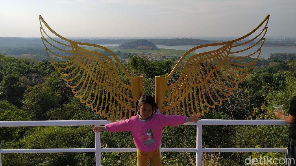 Bukit Cinta Anti Galau, Wisata Cirebon Berlatar Danau dan Gunung