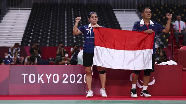 Tokyo 2020 Paralympic Games - Badminton - Mixed Doubles SL3-SU5 Gold Medal Match - Yoyogi National Stadium, Tokyo, Japan - September 5, 2021. Hary Susanto of Indonesia and Leani Ratri Oktila of Indonesia celebrate winning their match against Lucas Mazur of France and Faustine Noel of France REUTERS/Athit Perawongmetha