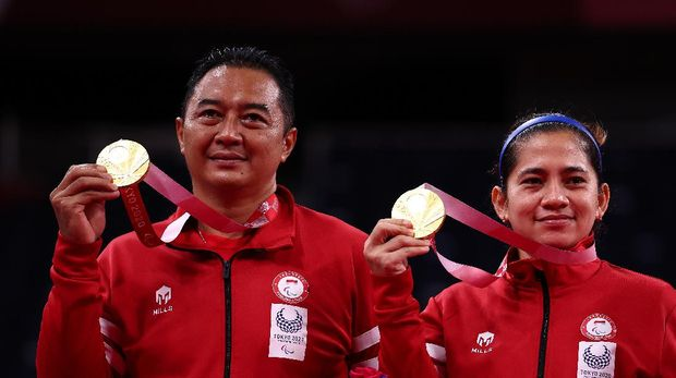 Tokyo 2020 Paralympic Games - Badminton - Mixed Doubles SL3-SU5 Medal Ceremony - Yoyogi National Stadium, Tokyo, Japan - September 5, 2021. Gold medallists Hary Susanto of Indonesia and Leani Ratri Oktila of Indonesia pose on the podium REUTERS/Athit Perawongmetha