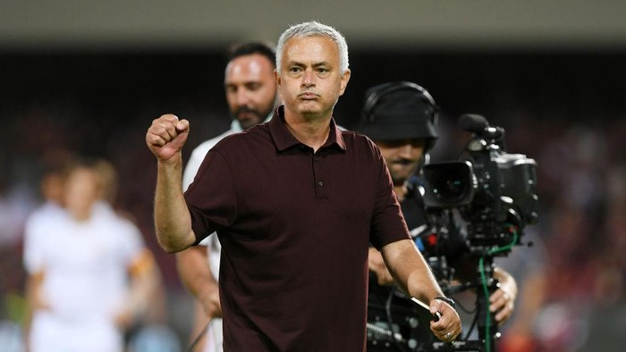 SALERNO, ITALY - AUGUST 29: Josè Mourinho AS Roma coach celebrates the victory after the Serie A match between US Salernitana and AS Roma at Stadio Arechi on August 29, 2021 in Salerno, Italy. (Photo by Francesco Pecoraro/Getty Images)