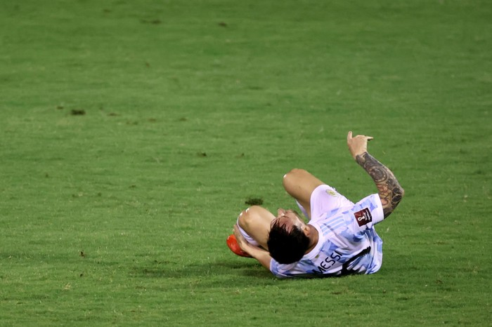CARACAS, VENEZUELA - SEPTEMBER 02: Lionel Messi of Argentina reacts after being fouled during a match between Venezuela and Argentina as part of South American Qualifiers for Qatar 2022 at Estadio Olimpico on September 02, 2021 in Caracas, Venezuela. (Photo by Miguel Gutiérrez-Pool/Getty Images)