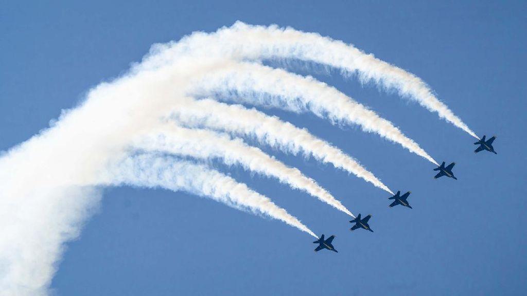 Melihat Aksi Pilot Meliuk-liuk di Udara