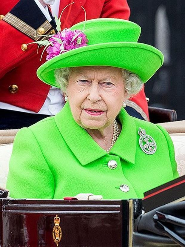 Makna dibalik outfit Kerajaan Inggris yang dipakai Queen Elizabeth.