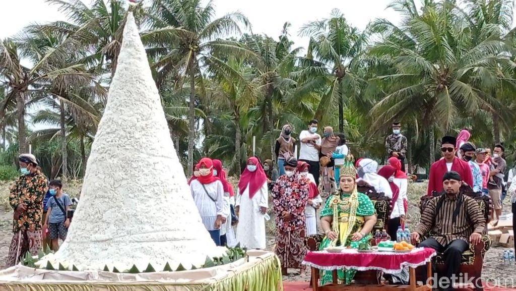 Ritual Larungan di Pantai Pangandaran Dibubarkan Petugas
