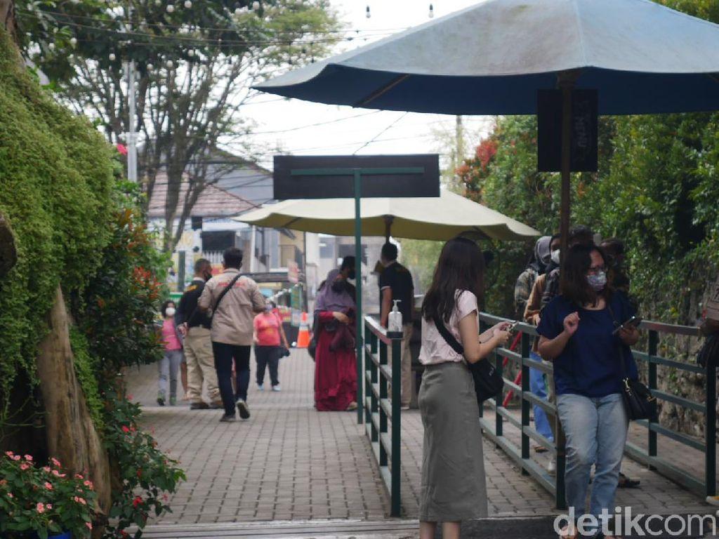 Akhir Pekan, Wisatawan juga Padati Restoran di Bandung Barat