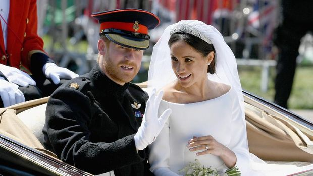 Britain's Prince Harry, Duke of Sussex and his wife Meghan, Duchess of Sussex wave from the Ascot Landau Carriage during their carriage procession on the Long Walk as they head back towards Windsor Castle in Windsor, on May 19, 2018 after their wedding ceremony. (Photo by Jeff J Mitchell / POOL / AFP)