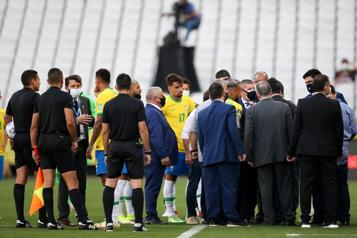 SAO PAULO, BRAZIL - SEPTEMBER 05: Health authorities interrupt the match as they gather to talk to players of Brazil during a match between Brazil and Argentina as part of South American Qualifiers for Qatar 2022 at Arena Corinthians on September 05, 2021 in Sao Paulo, Brazil. (Photo by Alexandre Schneider/Getty Images)