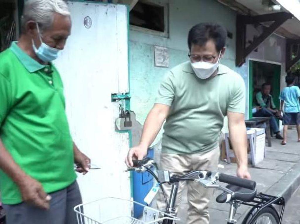 Sambangi Kediaman Loper Koran, Cak Imin Beri Bantuan Sepeda Baru