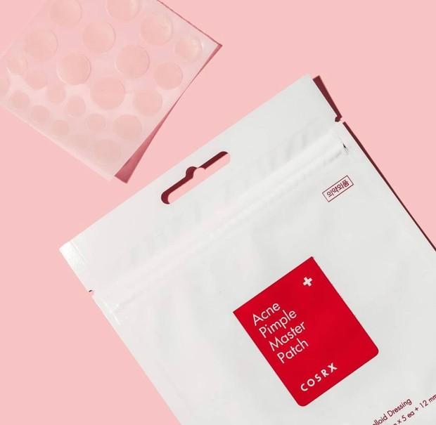 Masih dari produk Cosrx, Cosrx Acne Pimple Master Patch juga bisa kamu coba nih, Beauties.