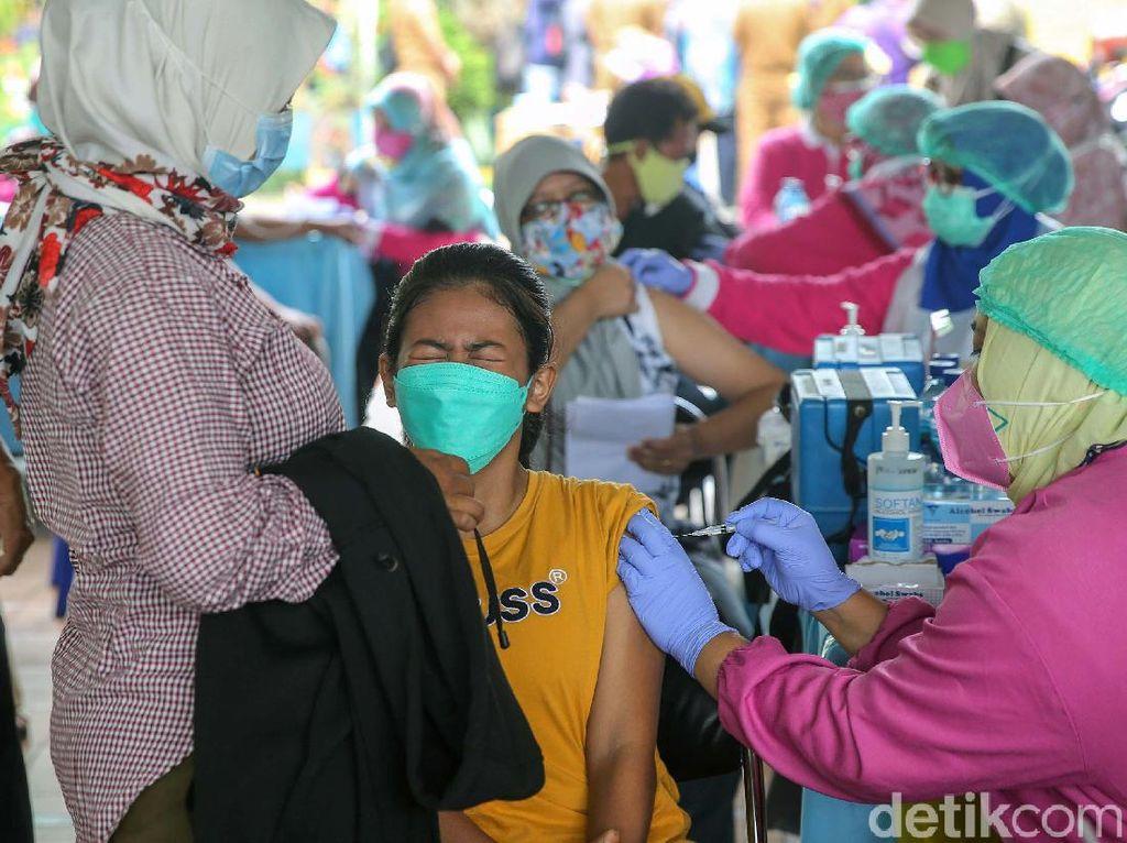 Ekspresi Warga Tangerang saat Disuntik Vaksin COVID-19