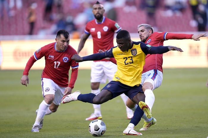 QUITO, ECUADOR - SEPTEMBER 05: Moises Caicedo (C) of Ecuador competes for the ball with Gary Medel (L) and Diego Valdés of Chile during a match between Ecuador and Chile as part of South American Qualifiers for Qatar 2022 at Rodrigo Paz Delgado Stadium on September 05, 2021 in Quito, Ecuador. (Photo by Dolores Ochoa - Pool/Getty Images)
