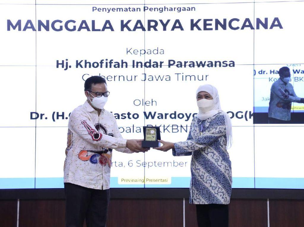 Gubernur Khofifah Raih Penghargaan Manggala Karya Kencana 2021