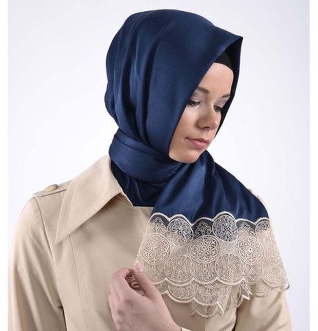 Hijab bahan satin bertekstur licin, mengilap, terlihat mewah dan elegan jika dipakai.