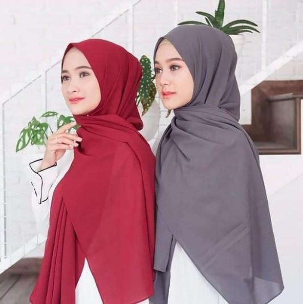 Bahan hijab katun menjadi jenis bahan favorit hijabers karena mudah dibentuk.