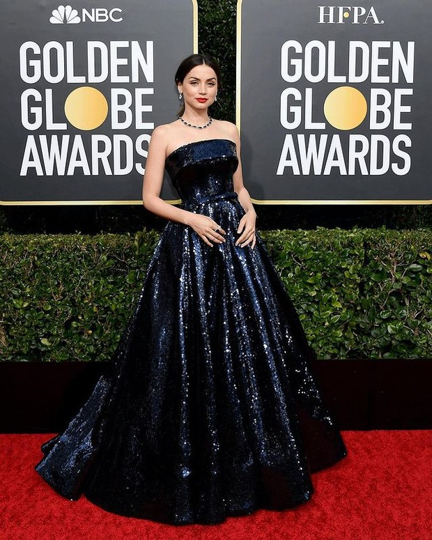 Ana dalam balutan dress biru tua metalik.