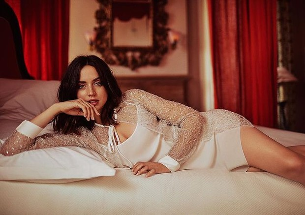 Ana dalam balutan dress putih yang terkesan seksi.