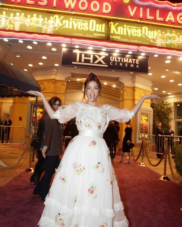 Ana dalam balutan dress putih yang terkesan cute.