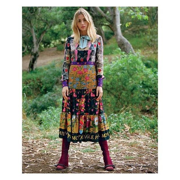 Ana dalam balutan dress colorful.