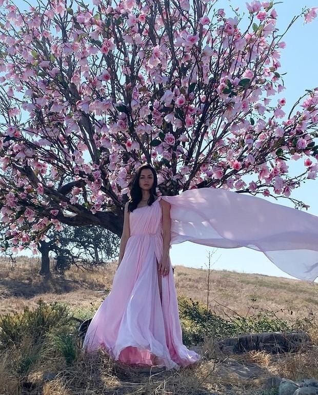 Ana dalam balutan dress pink muda.
