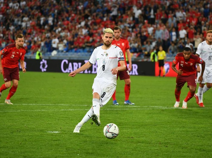 BASEL, SWITZERLAND - SEPTEMBER 05:  Jorginho of Italy takes the penalty during the 2022 FIFA World Cup Qualifier match between Switzerland and Italy at St Jacob Park on September 05, 2021 in Basel, Basel-Stadt. (Photo by Claudio Villa/Getty Images)