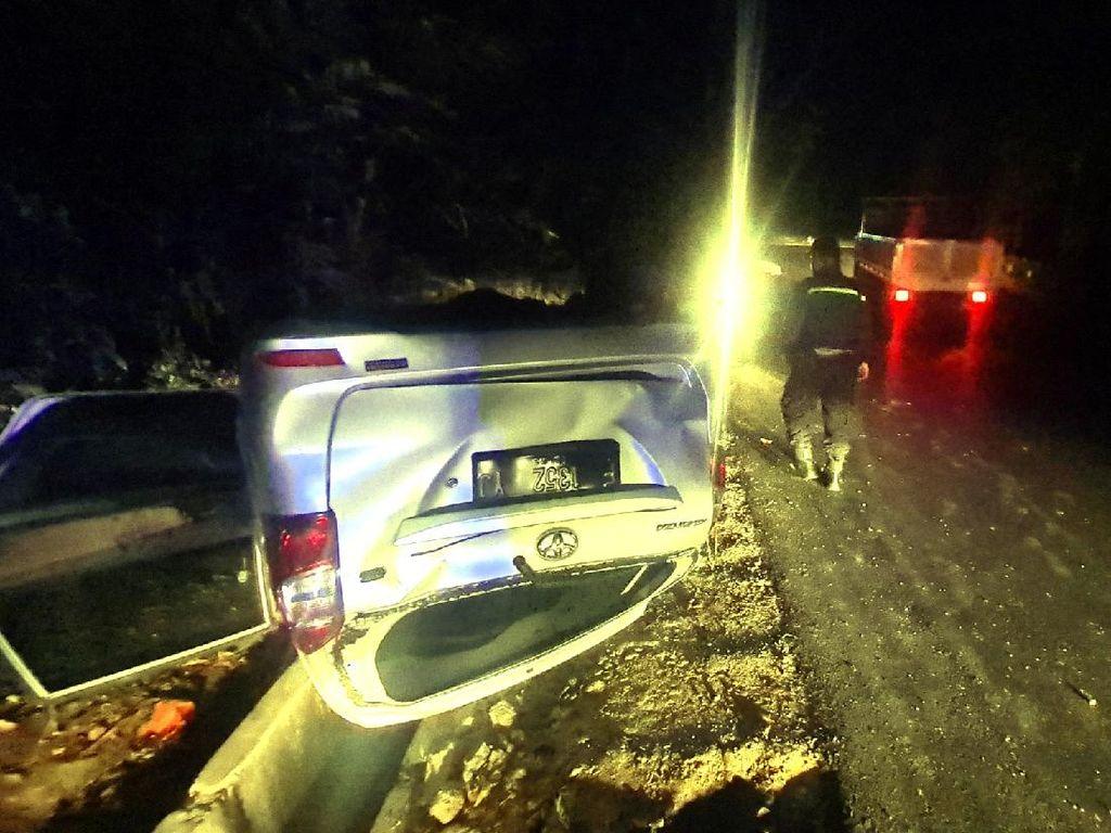 Sopir Mengantuk, Mobil di Warungkiara Sukabumi Terbalik