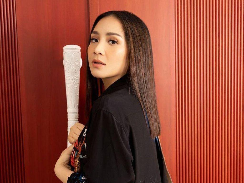 Gaya Nagita Slavina Pakai Sweater Rp 21 Juta, Netizen: Kancingnya Dari Emas