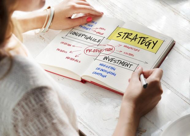 Jika kamu tertarik dengan dunia investasi, kamu bisa memulainya secara kecil-kecilan dan menyesuaikan dengan kemampuan finansialmu.