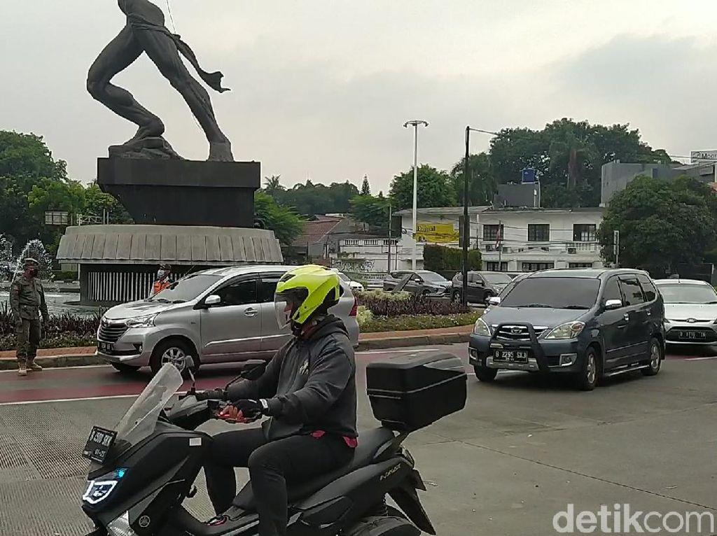 Ngaku Nakes, Pemobil Pakai Pelat Genap Diputar Balik di Gage Sudirman
