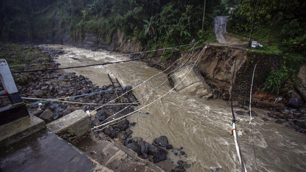Jembatan Sungai Cidurian Bogor Ambruk Diterjang Banjir Bandang